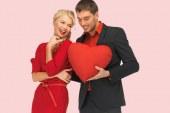 انشغال الزوج بالعالم الافتراضي يخلق برودا في العاطفة وشقاقا بين الزوجين