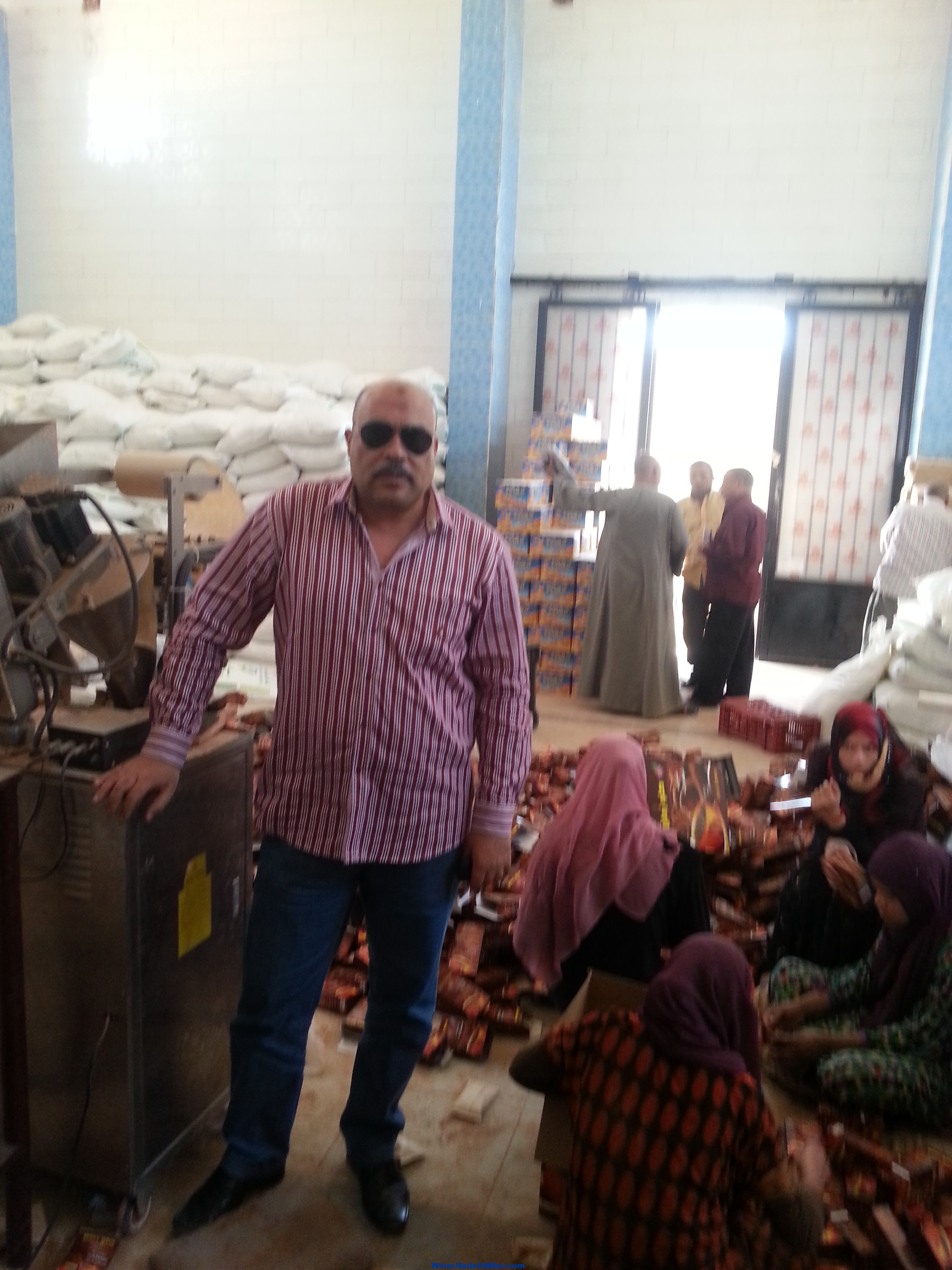 بالصورة ..ضبط 2 طن مواد غذائية منتهية الصلاحية في مصنع عصائر  بسوهاج