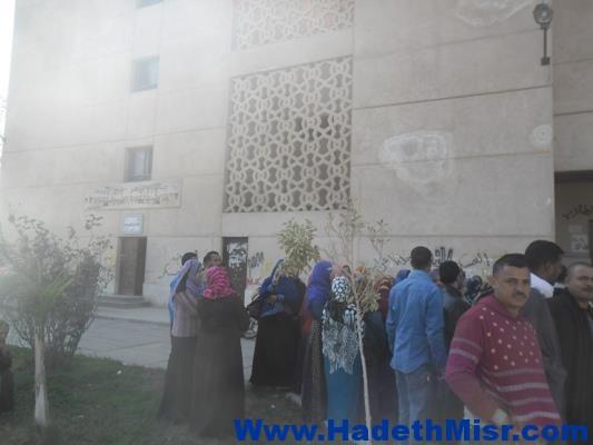 بالصور..تجمهر العاملات المؤقتات بالمدينة الجامعية لطالبات الأزهر لفصلهن من العمل