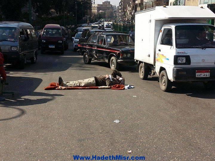 مريض يفترش الشارع بعد رفض مستشفي الحسين علاجة لعدم توفير اماكن بها
