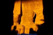 آلاف السياح يشاهدون تعامد الشمس على رمسيس الثاني