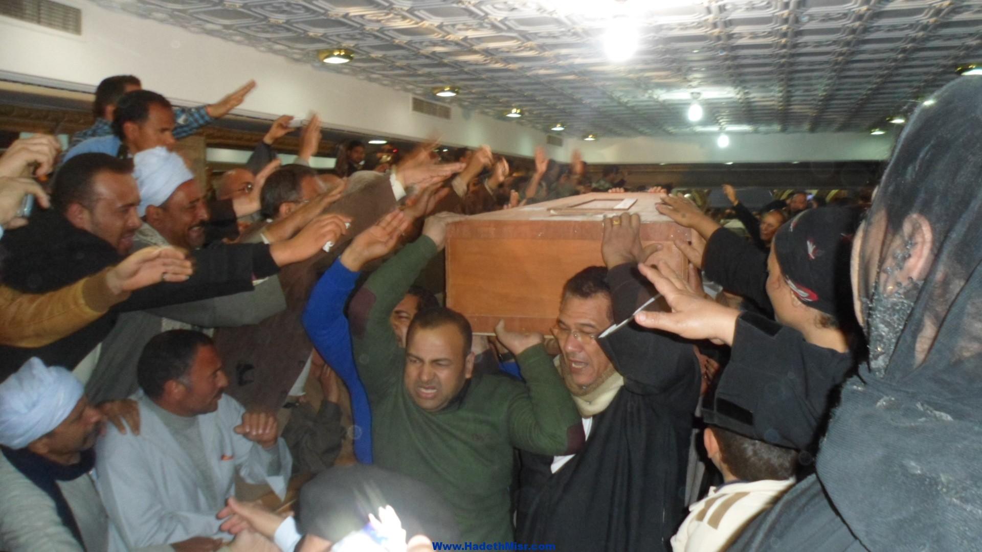 """بالصور.. مراسم تشييع جثامين بنغازي بمطرانية مار جرجس …..انهيار أسر الضحايا …و""""ميريام"""" فقدت وعيها عند رؤية جثمان والدها"""