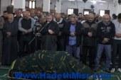 التوأم حسام وإبراهيم حسن يؤديان صلاة الجنازة على والدتهما
