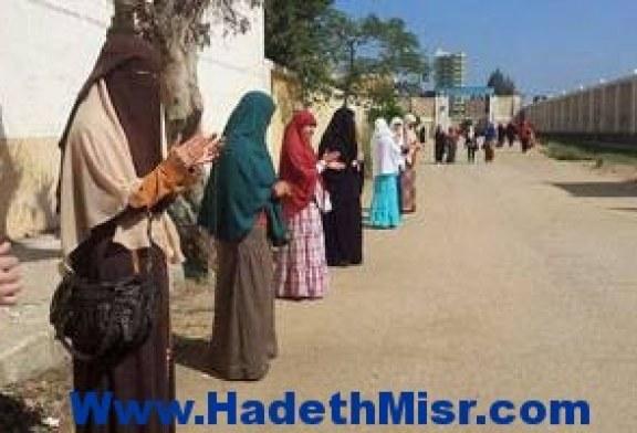 طالبات الإخوان يطفن جامعة الأزهر بالطبول والأبواق
