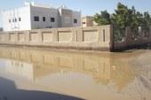 """بالصور …استمرار معاناة أهالي """" نزلة عمارة"""" من أثار السيول …الأهالي : المحافظ والوزير هربوا من مواجهتنا"""