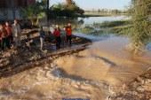 محافظ سوهاج يتفقد الطرق المتصدعة بسبب السيول