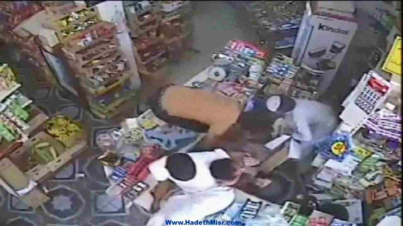 كاميرات المراقبة ترصد عاطل لشروعه فى سرقة محل بالغردقة