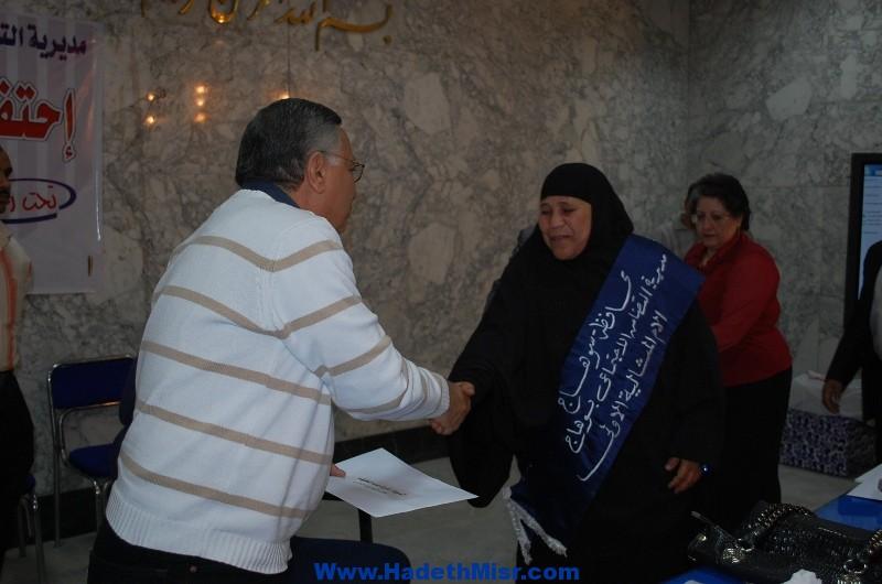 بالصور ..محافظ سوهاج يكرم الأمهات المثاليات ..ومقررة المجلس الإقليمي في عيد الأسرة
