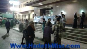 بالصور..سلسلة بشرية تضم عشرة اشخاص لحملة حمدين صباحى أمام محطة أسيوط