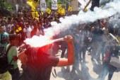 الإخوان بجامعة القاهرة يطلقون الألعاب النارية على الشرطة