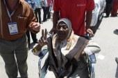 بالصور ..شرطة دمياط تستخدم الكراسى الناقلة لمساعدة كبارى السن