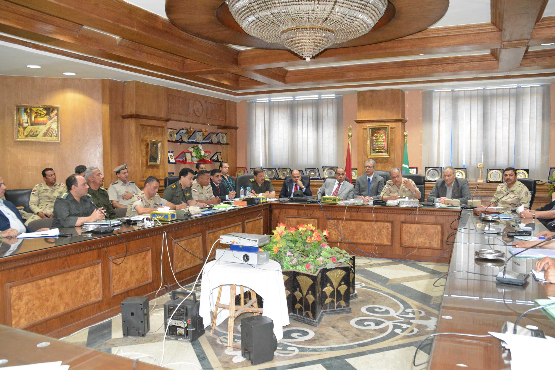 محافظ المنيا وقيادات قواتنا المسلحة والأجهزة الأمنية فى اجتماع موسع لمناقشة الاستعداد للانتخابات الرئاسية.