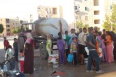 """إنقطاع المياه لمدة 10 أيام … أهالى منطقة """" السلام """" بالغردقة يتجمهرون أمام المحافظة لعدم وصول المياه"""