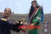 المحتفلون بالتحرير يضعون تمثالا رمزيا للسيسى احتفالا بتنصيبه رئيسا