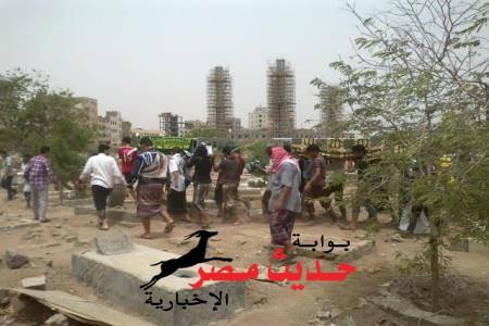 ابناء العاصمة عدن يشيعون شابين قتلا برصاص مسلح مجهول