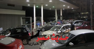 زحاما شديدا على محطات الوقود قبل بدء تطبيق الأسعار الجديدة للبنزين والسولار
