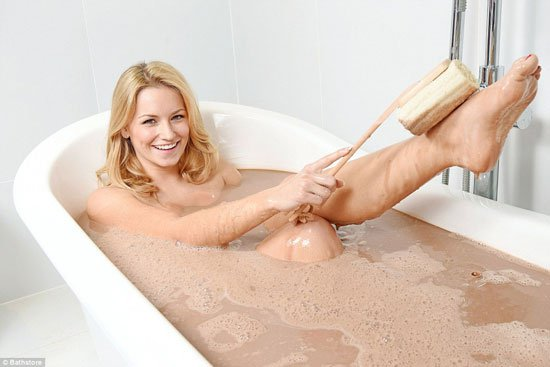 ديلى ميل: مليونير يقدم لصديقته حماما من الشيكولاتة للحفاظ على بشرتها