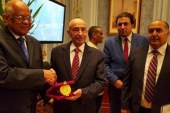 """على عبد العال يهدى رئيس مجلس النواب الليبى درع """"البرلمان المصرى"""" …"""