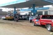عودة طوابير تكدس السيارات أمام محطات الوقود بأسوان
