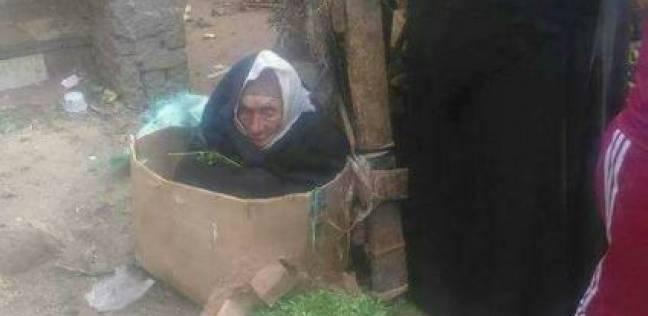 """التدخل السريع بـ""""التضامن"""" يكشف سر السيدة العجوز بعد نشر صورتها في """"كرتونة"""""""