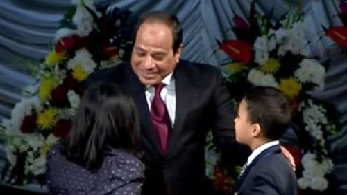 """شاهد  """"الأطفال"""" يستقبلون السيسي بـ""""الورود والأعلام"""""""