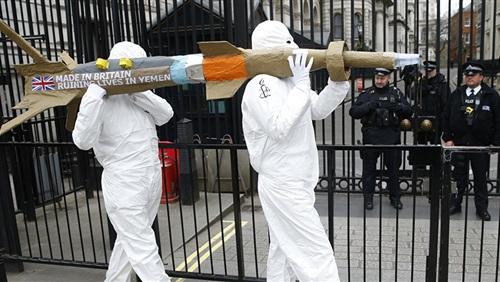 السعودية تفجر أزمة للحكومة البريطانية بسبب القنابل العنقودية