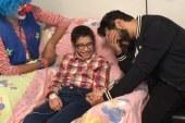 تامر حسنى يحقق حلم طفلة مصابة بالسرطان ويزورها فى المستشفى