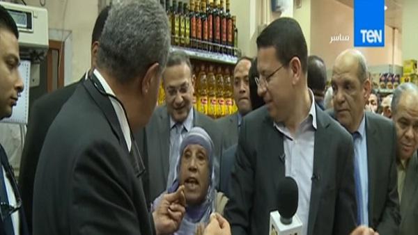"""سيدة مُسنة لـ""""وزير التموين"""": """"أنت مجوع الشعب حرام عليك"""""""