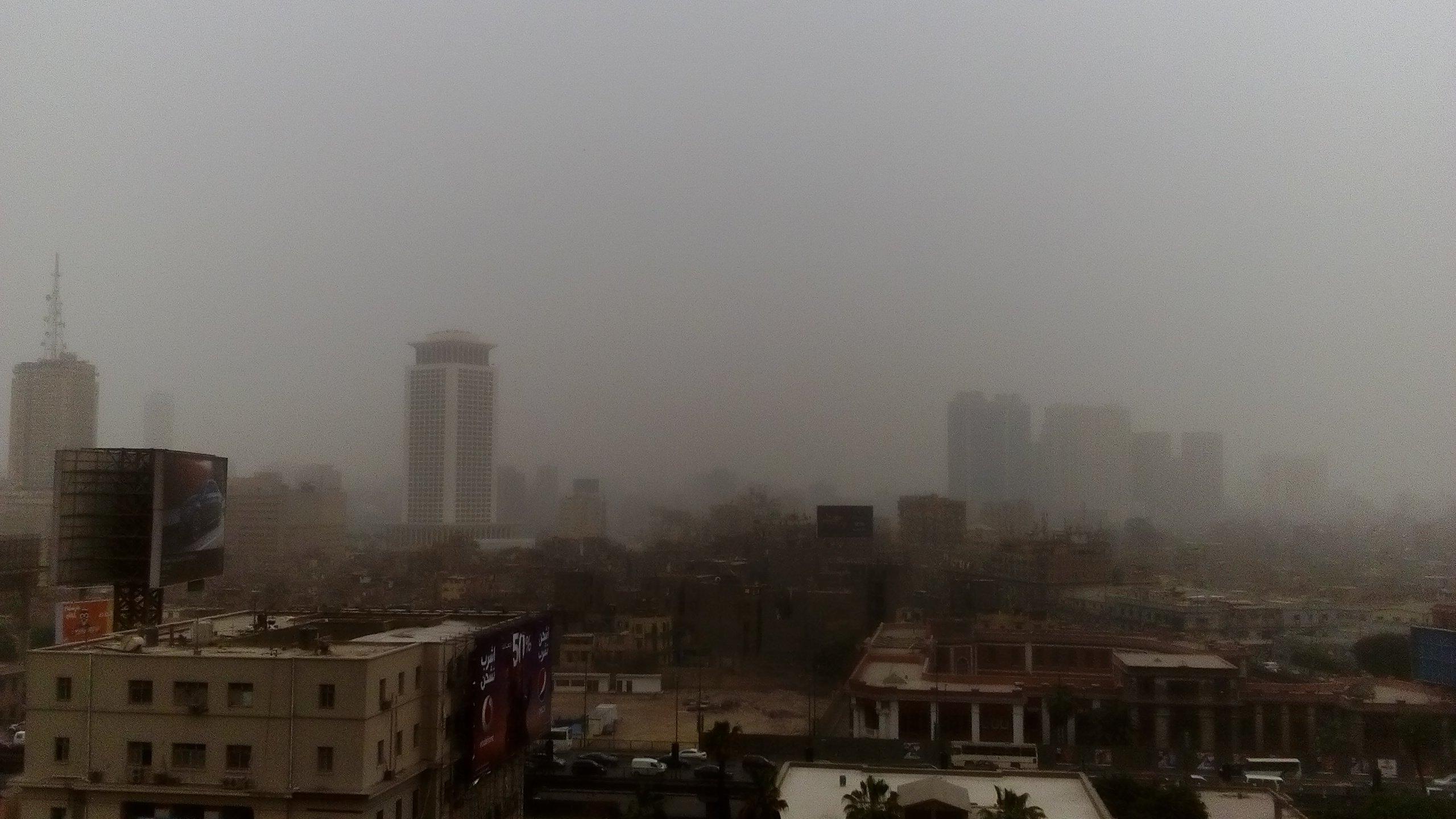 بالصور… السحب تغطى سماء القاهرة ونشاط للرياح المثيرة للأتربة