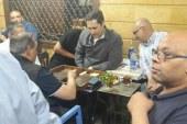 «علاء مبارك» يشارك أهالي إمبابة لعب «الطاولة»