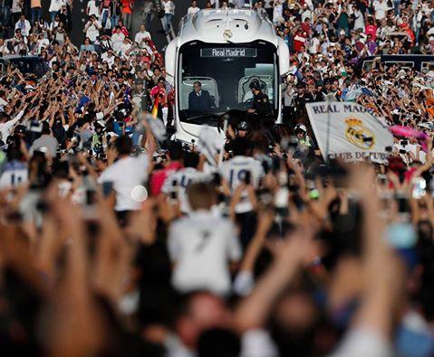 استقبال أسطوري من الجماهير لحافلة ريال مدريد