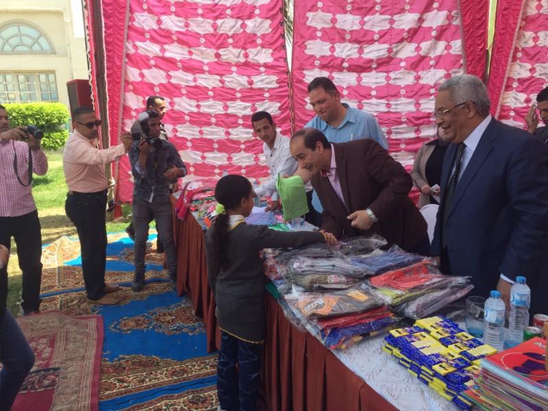 بالصور … مساعد وزير الداخلية لوسط الصعيد يحتفل مع الايتام بعيدهم