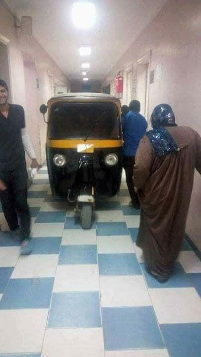 """""""توك توك"""" داخل استقبال مستشفى بلبيس العام.. ونائب المدير: نقل مريضة مسنة"""