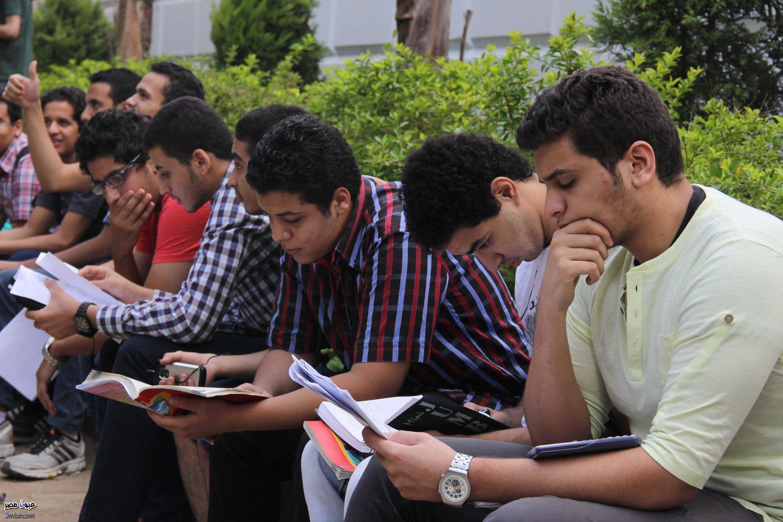طلاب الثانوية بأسيوط يؤكدون سهولة الجغرافيا ويشتكون من الأحياء والتفاضل