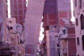 ميل احد الابراج بالاسكندرية ميلا كاملا على برج امامه