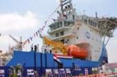 """وزيرا """"البترول والنقل"""" ومميش يرفعون علم مصر على سفينة الإمداد فاضل"""