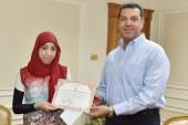 محافظ أسيوط يكرم الطالبة الثامنة على مستوى الجمهورية بالشهادة الثانوية الازهرية