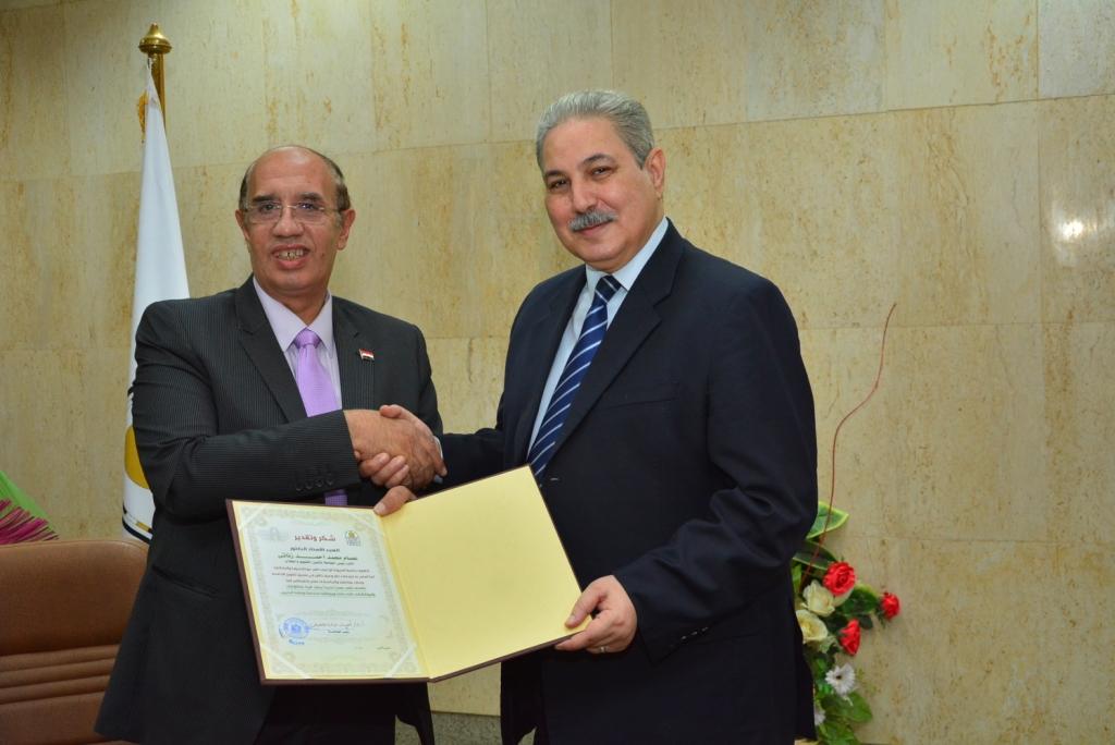 رئيس جامعة أسيوط يكرم نائبه لشئون التعليم والطلاب بمناسبة بلوغه السن القانونية للمعاش