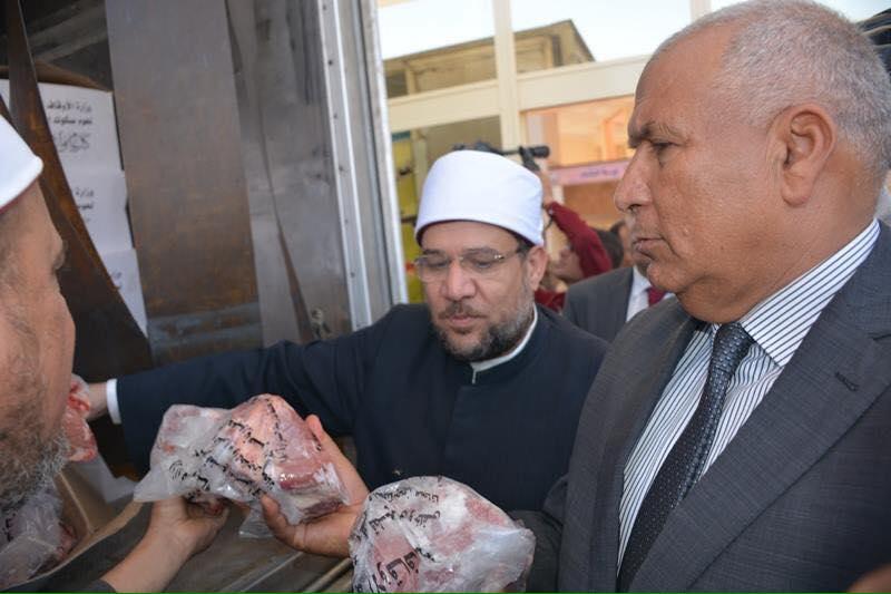 وزير الأوقاف يوزع 3 طن لحوم علي بالوادي الجديد