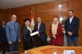 رئيس جامعة أسيوط يسلم شهادات تكريم لطالبات ماليزيا  بمناسبة تخرجهم من طب الأسنان