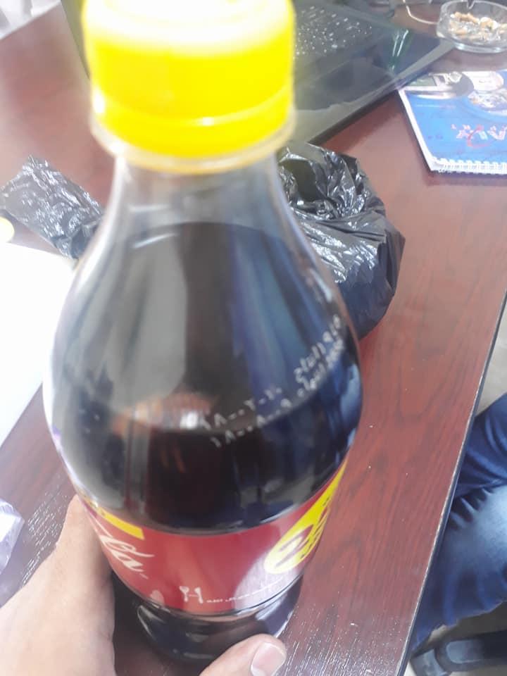 بالصور.. شاب يعثر على «صرصار» داخل زجاجة مياه غازية في أسيوط
