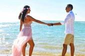 عمرو ونورهان خطوبة بطعم الأفكار المجنونة على شاطئ البحر الأحمر