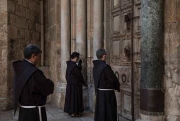 """رهبان القدس يحيون """"الجمعة الحزينة"""" دون مصلين بعد إلغاء الصلوات.."""