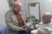 بالصور محافظ بورسعيد يزور البطل الفدائي علي زنجير في منزلة