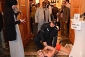 بالصور ..3 فتيات يقتحمن مؤتمر برلين الإسلامي بصدورهن العارية