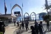 طلاب الإخوان بأسيوط يحاولون الخروج من الحرم الجامعي وقوات الأمن تفرقهم