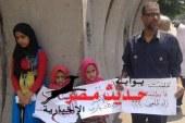 """مواطن يعرض بناته للبيع أمام مجلس الوزراء بعد إزالة """"فرشته"""""""