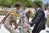 محافظ أسيوط يضع إكليل الزهور على النصب التذكارى لشهداء بنى عدى .