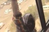التحقيق مع كويتية صورت لحظة انتحار خادمة بدلا من إنقاذها