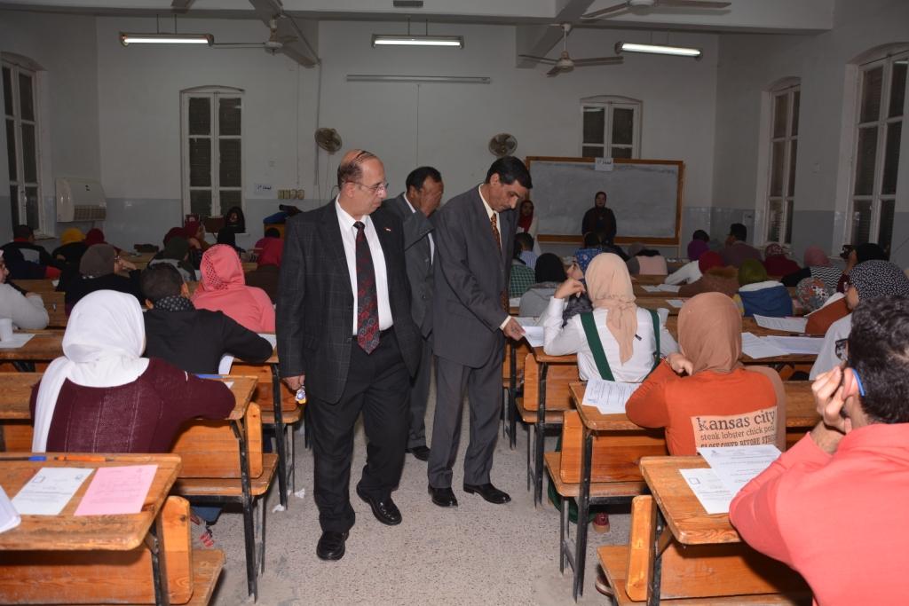 رئيس جامعة أسيوط يتفقد سير الامتحانات بكلية الآداب